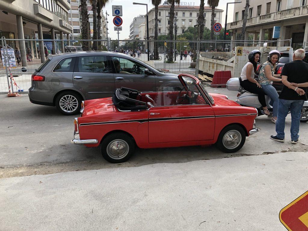 Malé červené auto